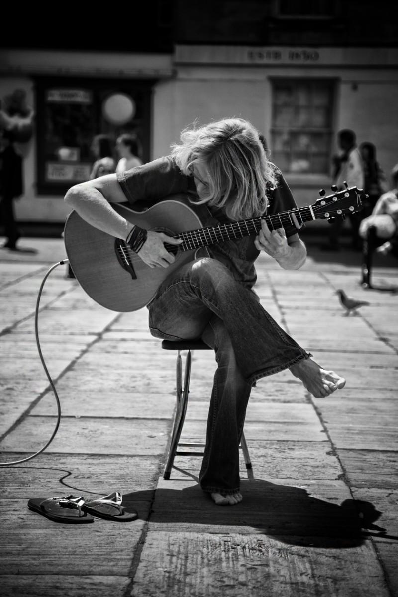 street guitar player