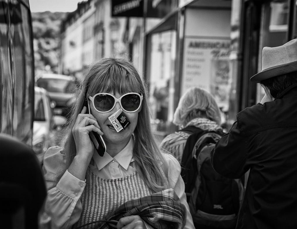 new sunglasses lady-bath street photography