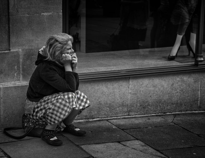 sitting woman - bath streetphotography